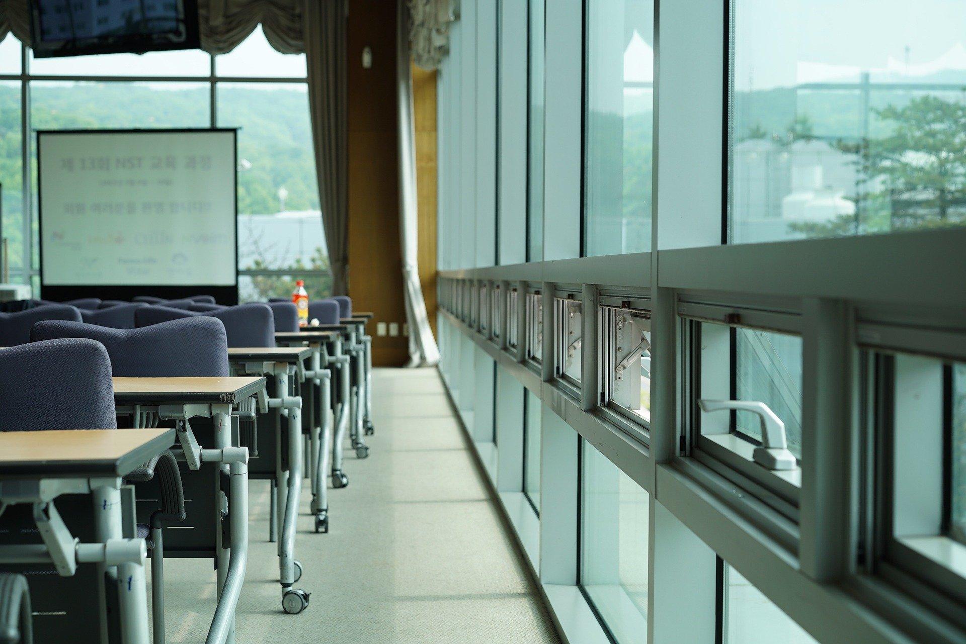 Ein Seminarraum mit Glasfenterfront