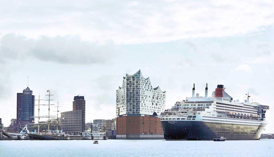 Der Hamburger Hafen mit Blick auf die Elbphilharmonie. Davor ein Kreuzfahrschiff.