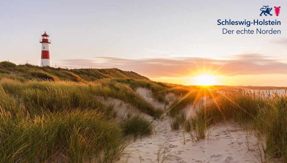 """Logo und Schriftzug """"Schleswig-Holstein. Der echte Norden"""" Im Hintergrund eine Düne mit Sand und Küstengras sowie ein Leuchtturm im Sonnenuntergang"""