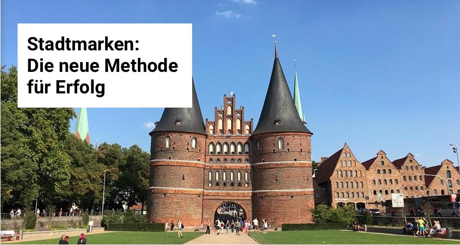"""Schriftzug """"Stadtmarken: Die neue Methode für Erfolg. Im Hintergrund das Holstentor in Lübeck."""