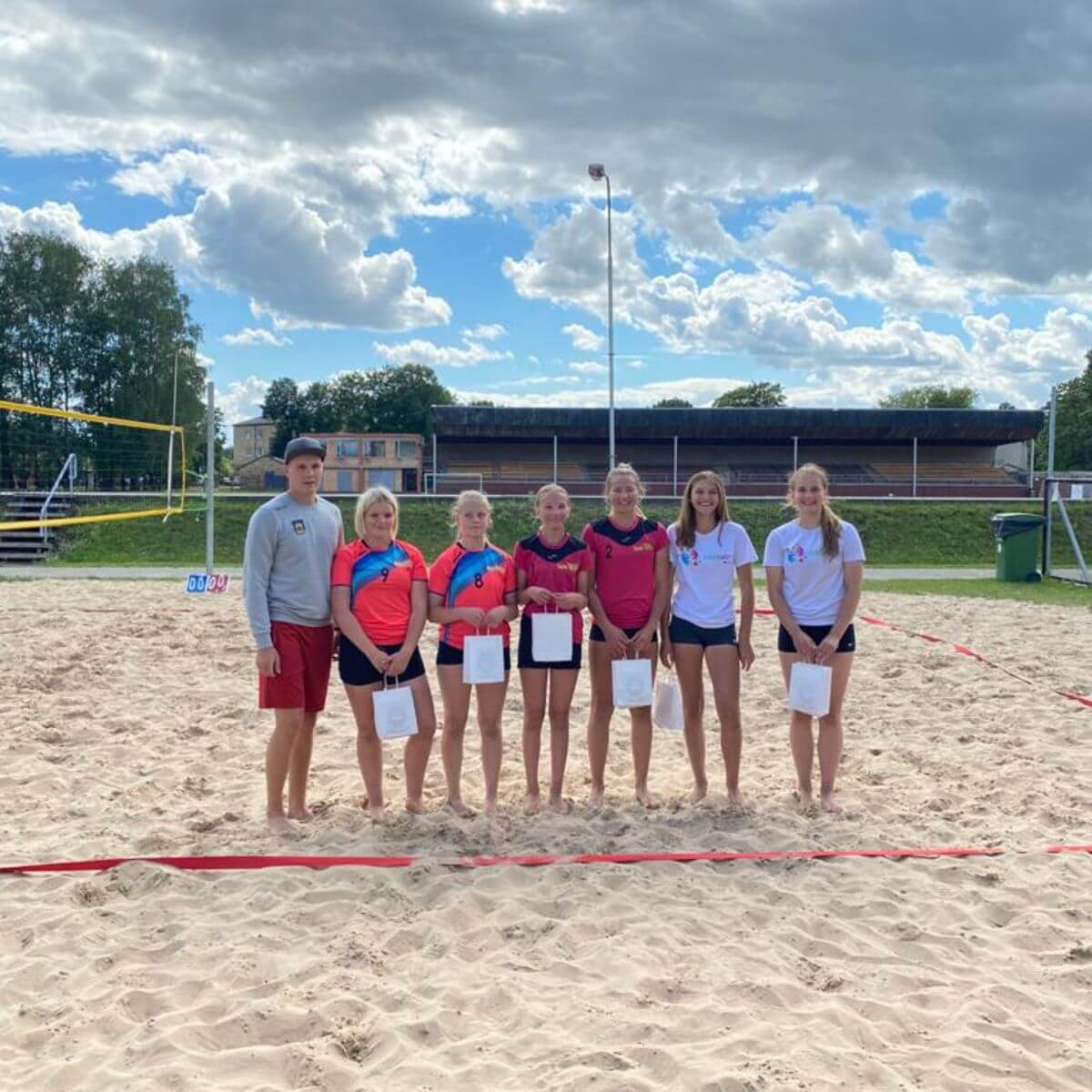 Ozolnieku sporta skolas pludmales volejbola laukumos tiek aizvadīts volejbola turnīrs