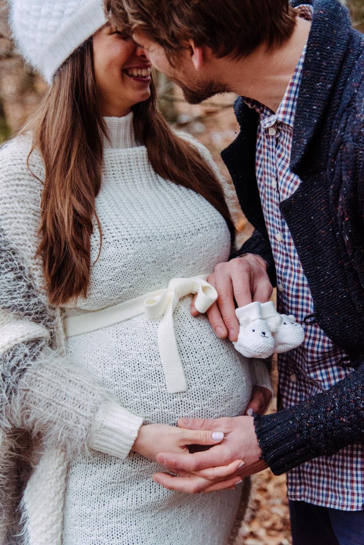Schwangeres Paar im Herbstwald