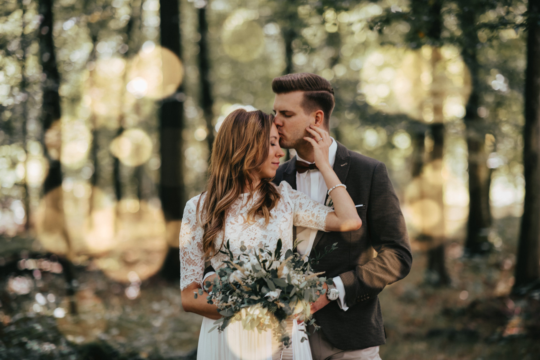 Boho-Hochzeitspaar im Wald