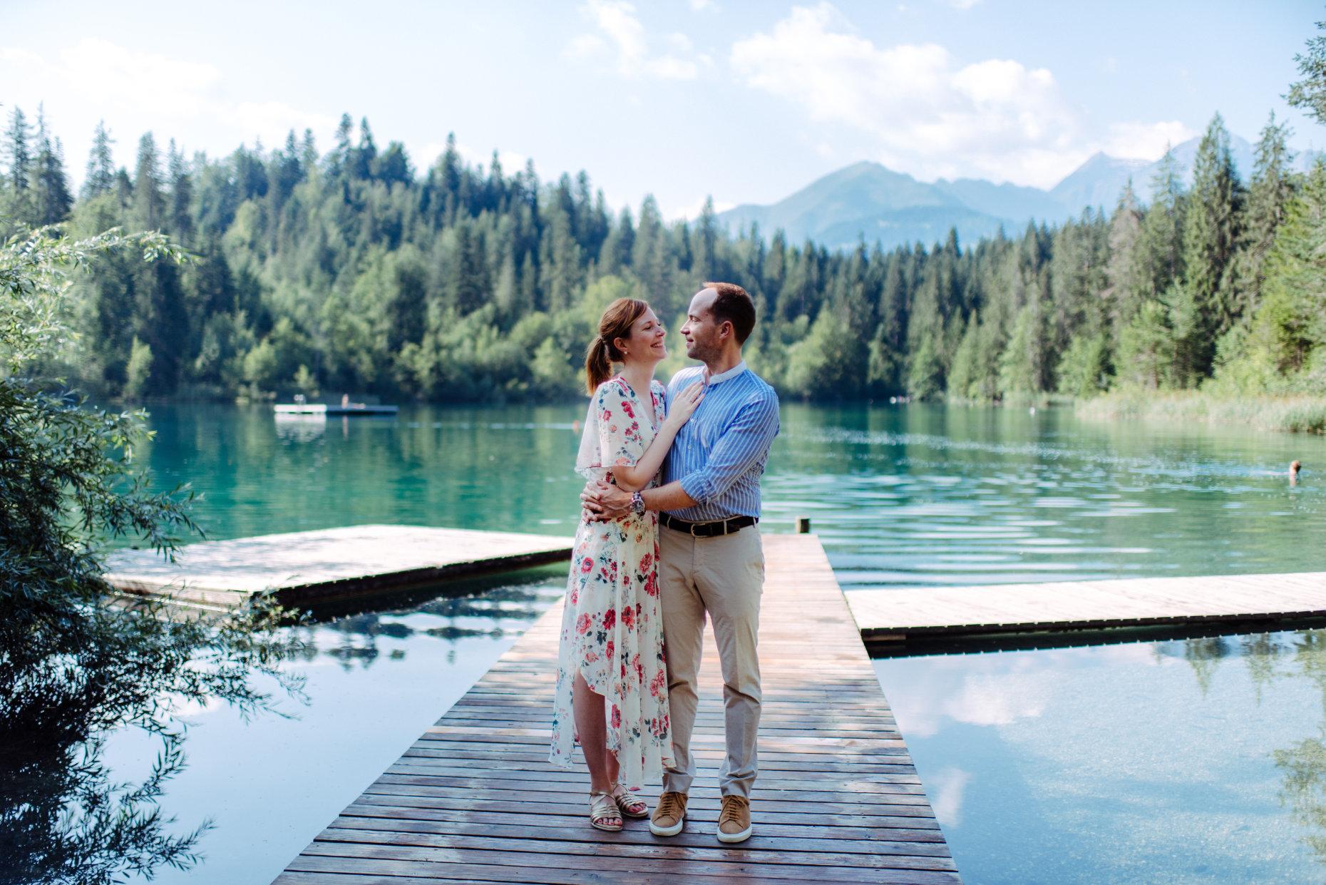 Verlobtes Paar am See