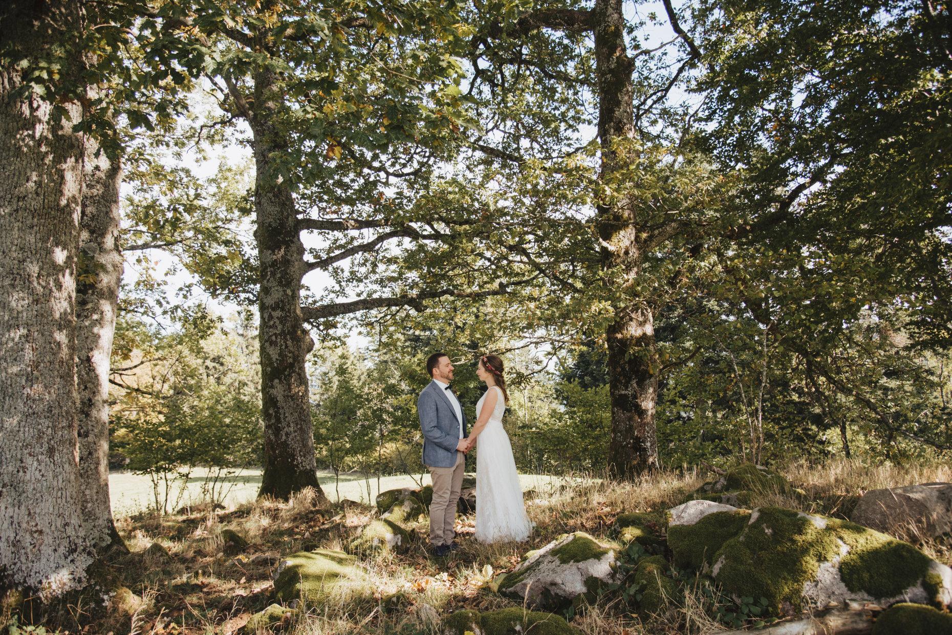 Hochzeitspaar unter Bäumen