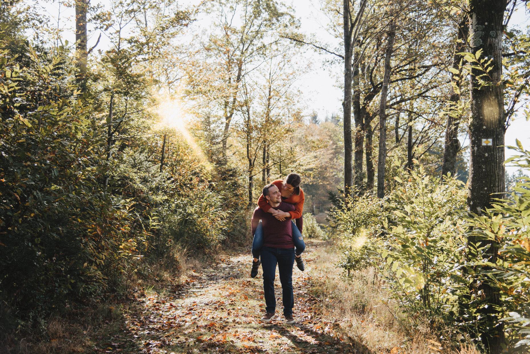 Verlobungsshooting im Wald - Er trägt sie auf Händen