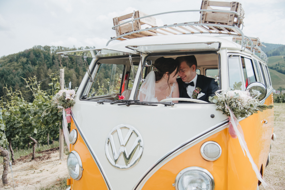 Hochzeitspaar im VW Bulli