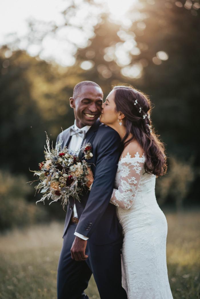 Boho-Hochzeitspaar auf Wiese