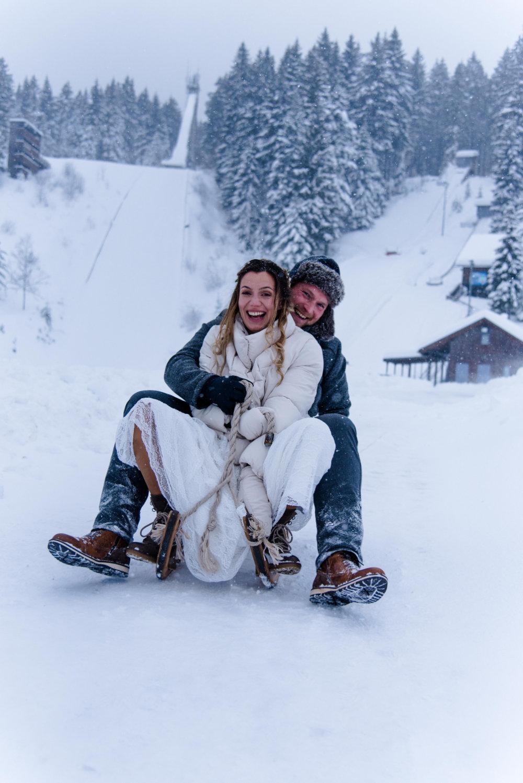 Paarshooting im Winter im Schnee