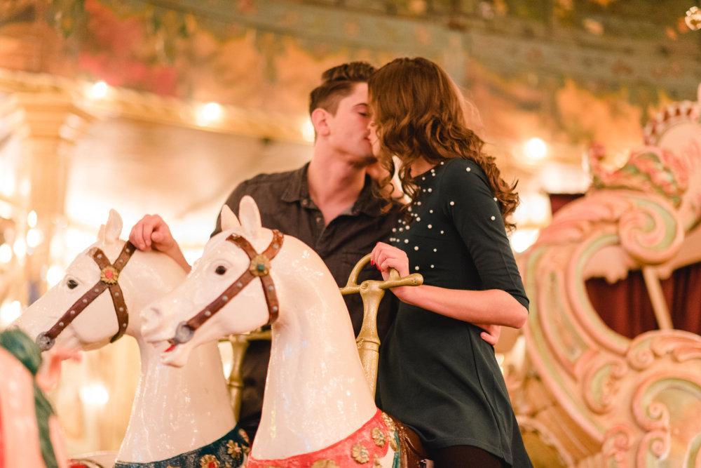 Verliebtes Paar im Karusell