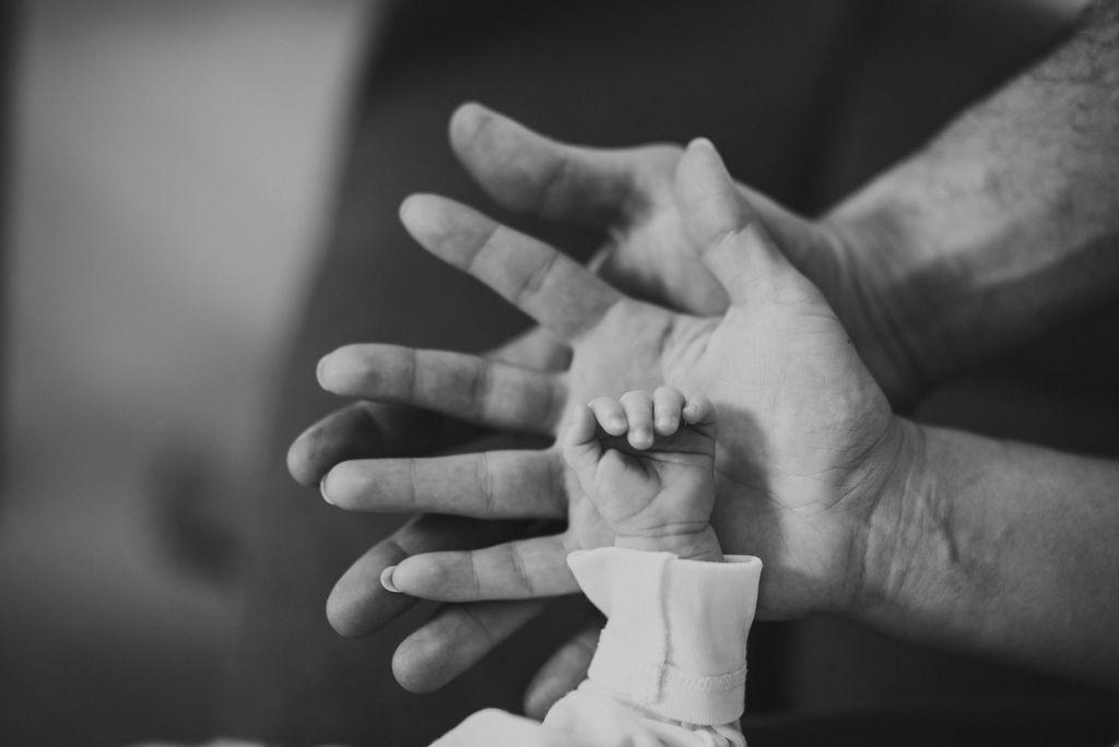Vergleich der Handgröße von Papa, Mama und Kind