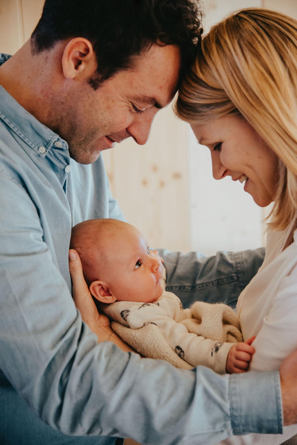 Glückliche Eltern mit Ihrem Neugeborenen