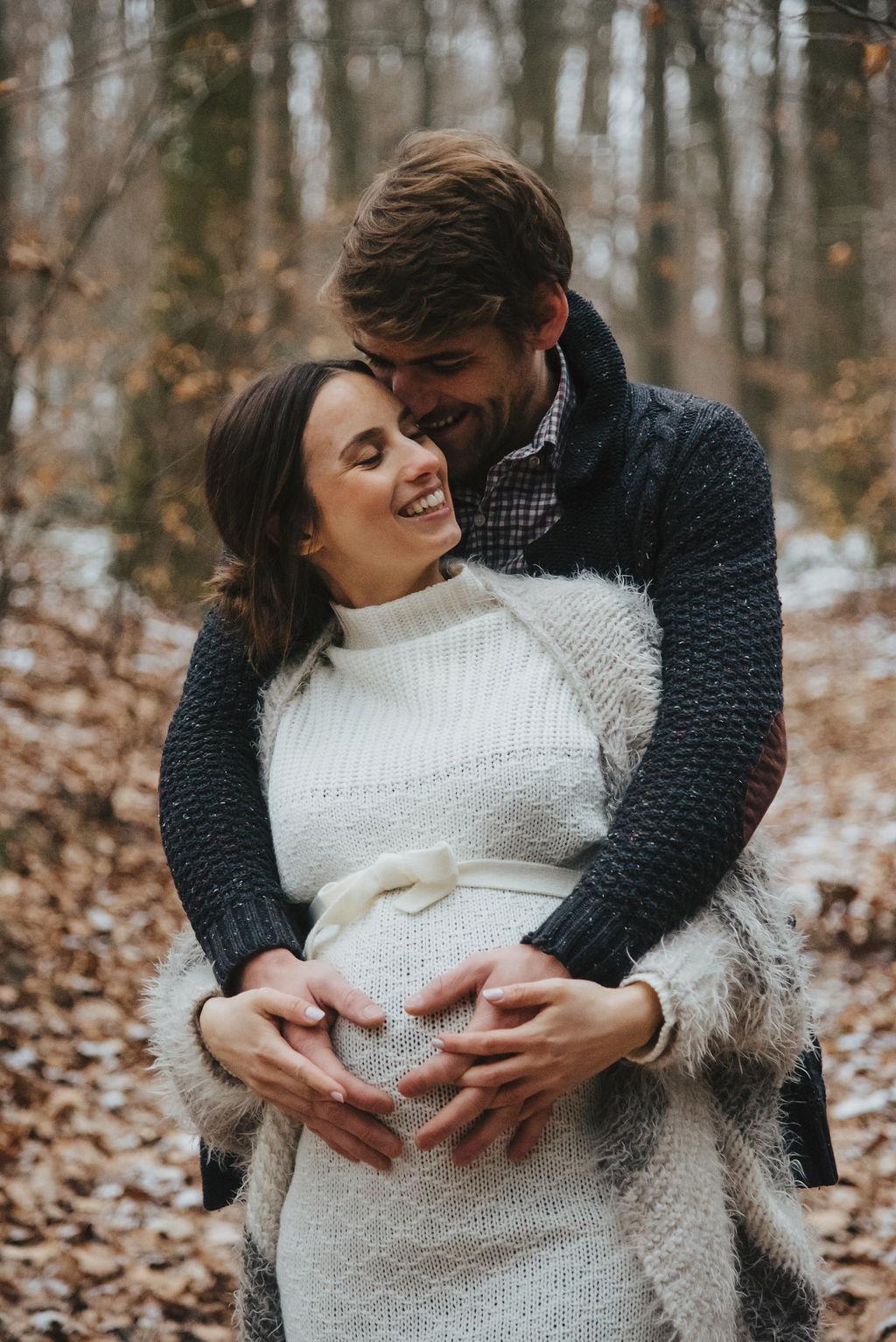 Glückliche werdenden Eltern fühlen Bewegungen im Bauch