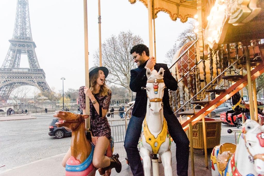 Glückliches Paar in Paris beim Eiffelturm