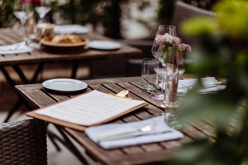 Tisch mit Speisekarte