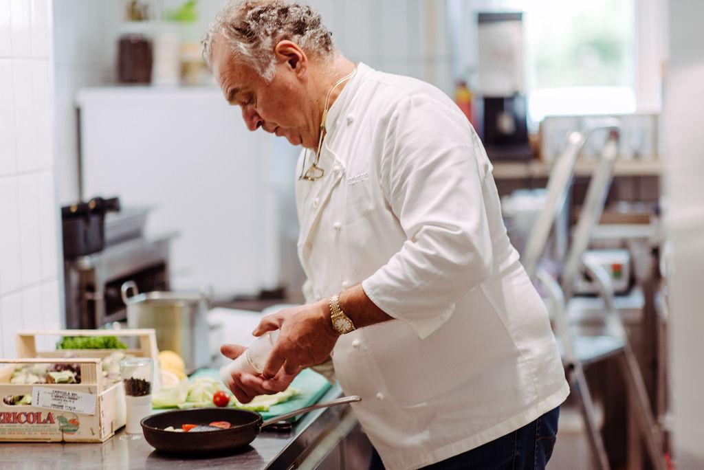 Chefkoch beim Kochen