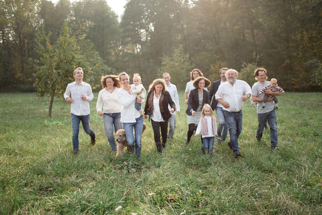 Großfamilie rennt über Wiese