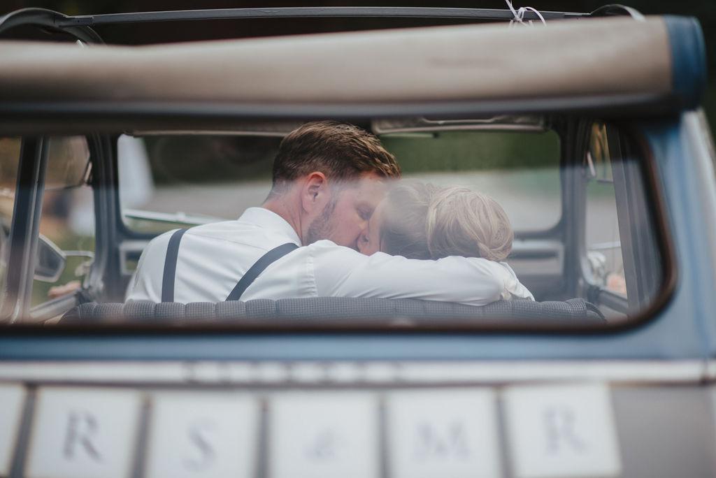 Kuss im Hochzeitsauto