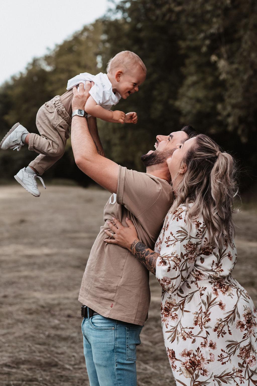 Eltern mit ihrem Sohn - Shooting in der Natur