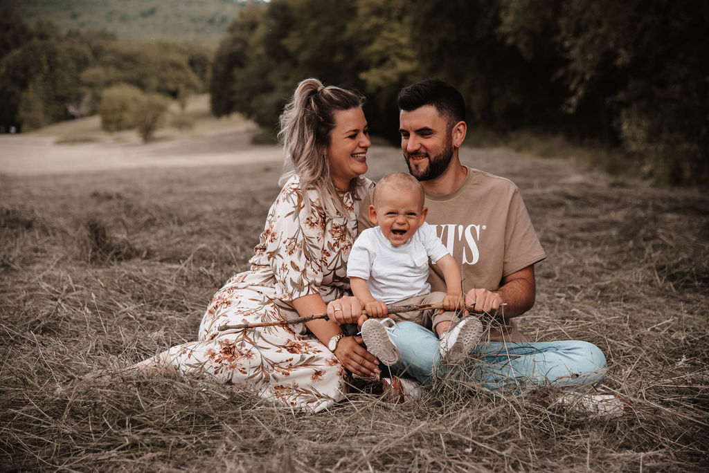 Glückliche Jungfamilie im Feld