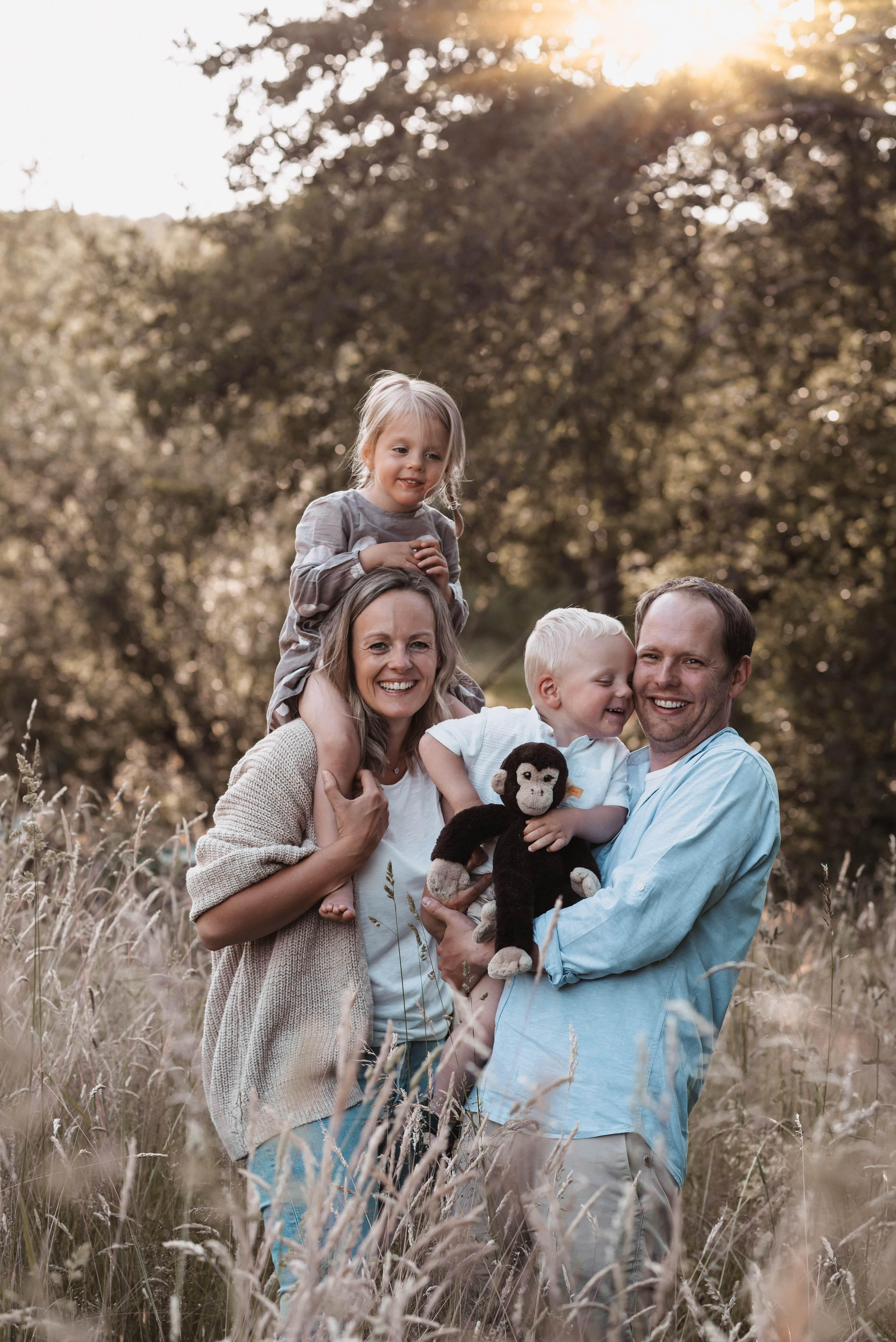 Eltern mit ihren 2 Kindern