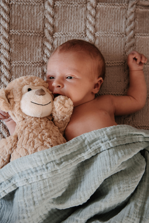 Lächelndes Baby in der Wiege
