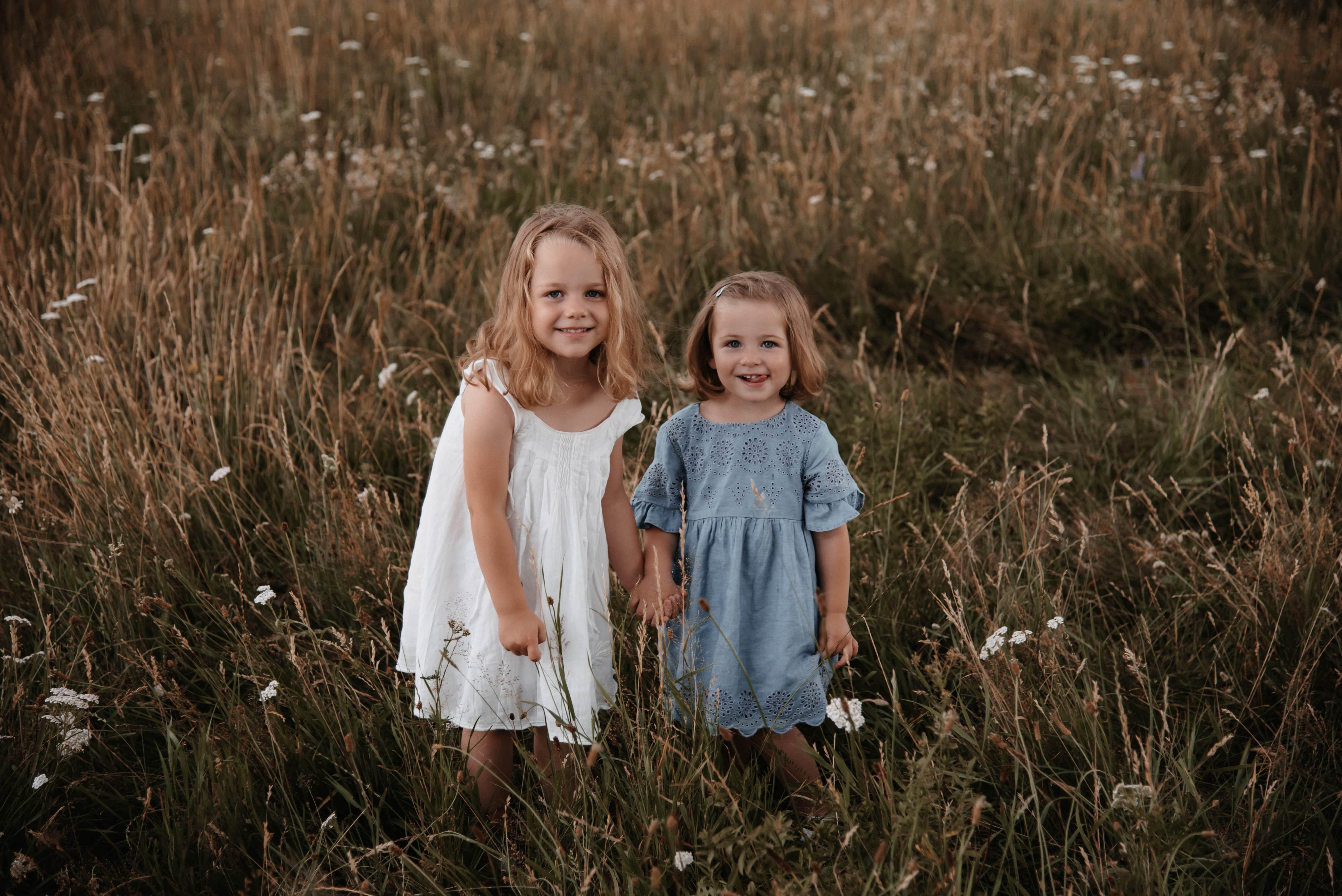Zwei Schwestern halten Händchen