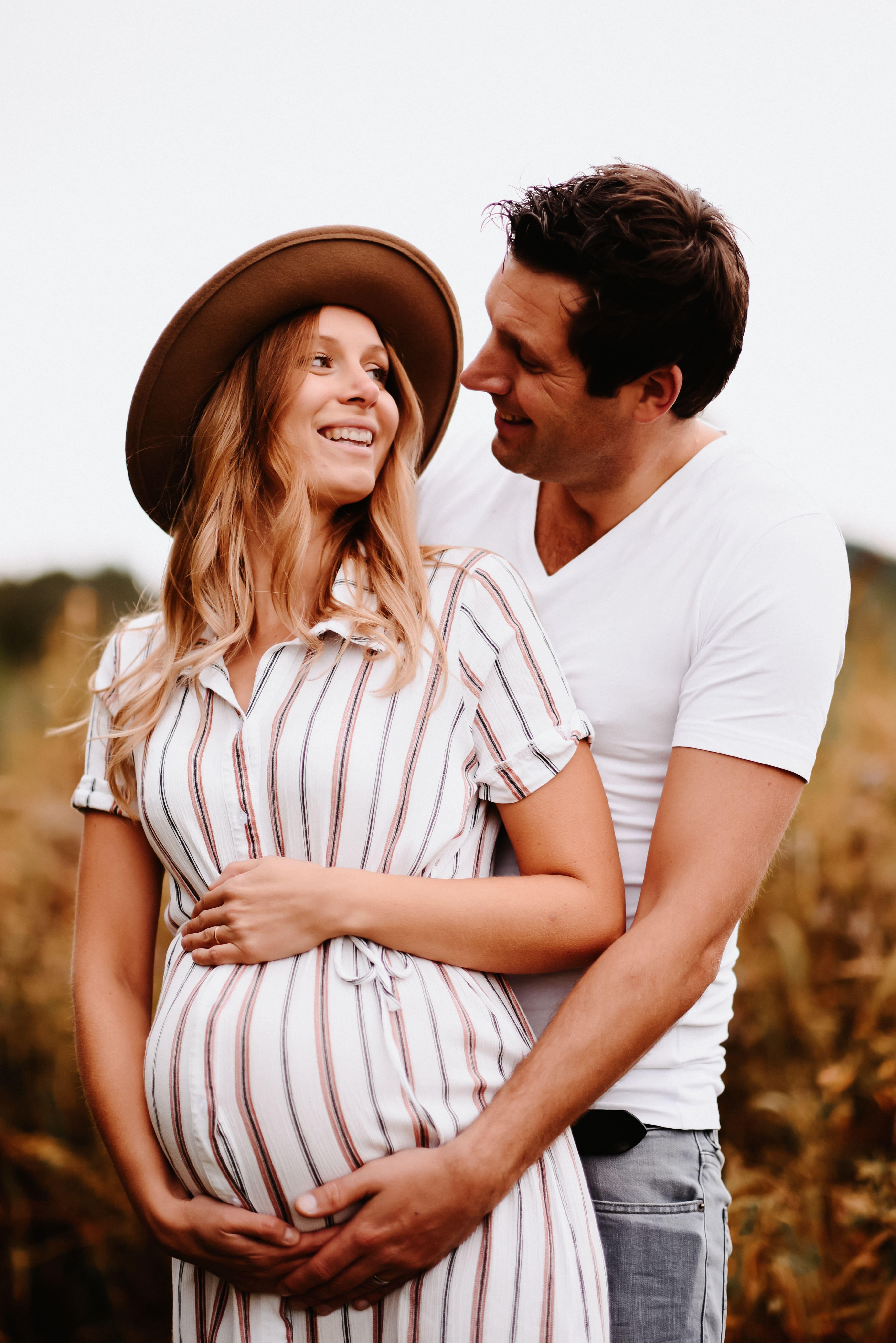 Schwangeres Paar im Feld