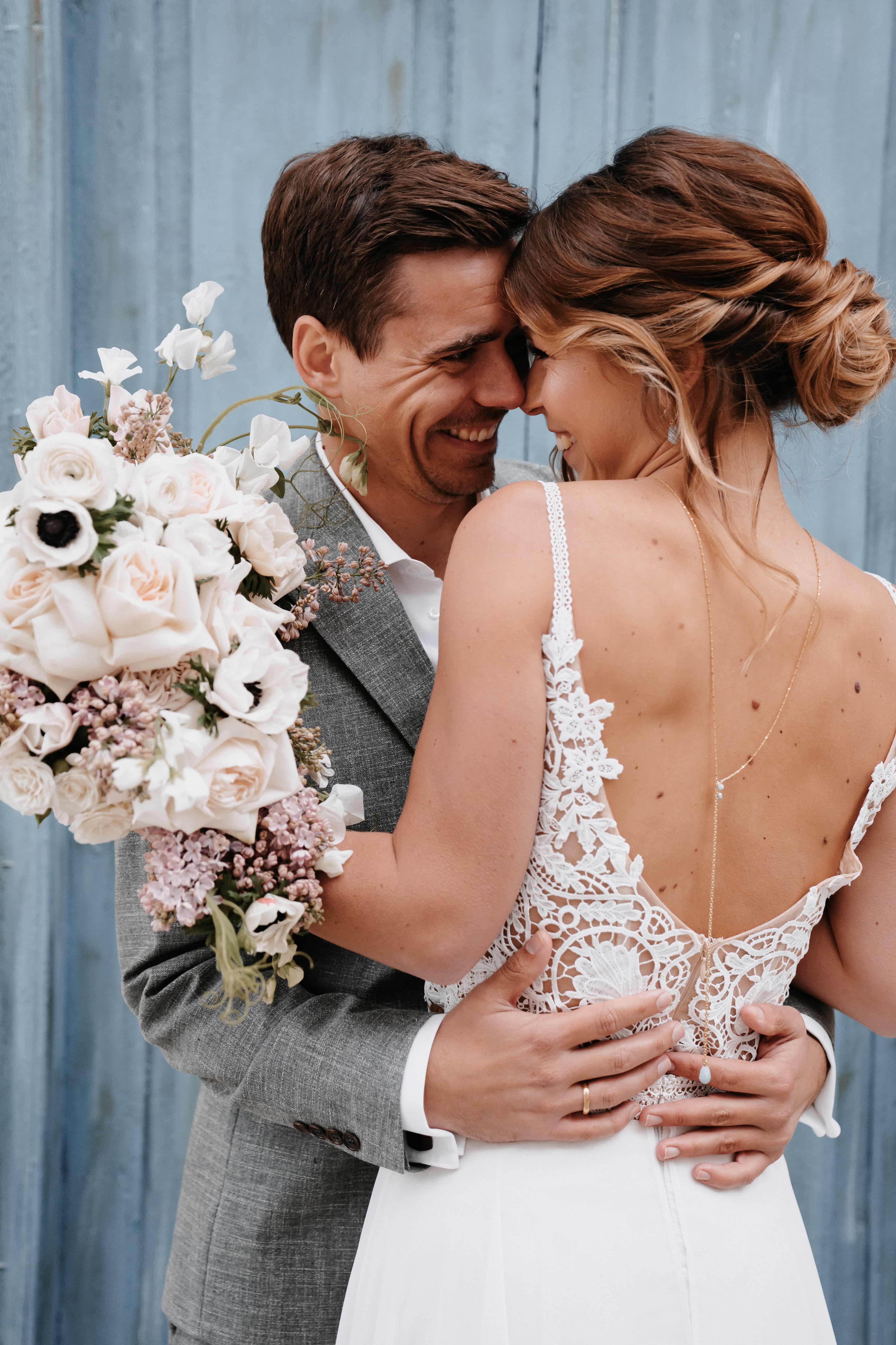 Glückliches Boho-Brautpaar