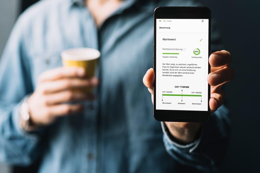 Online Immobilienbewertung Schweiz auf Smartphone