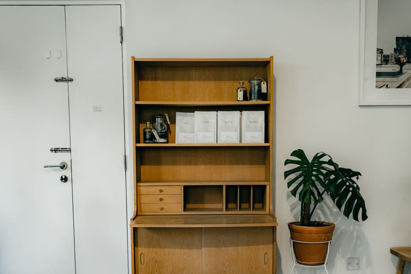 Hinter grossen Möbeln wie Schränken bildet sich oft Schimmel.