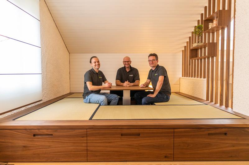 Die Umbauexperten und Handwerker sitzen in der Tatami-Ecke rund um den versenkbaren Tisch. Foto: Stevan Bukvic