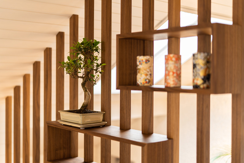 Ein Bonsai und drei japanische Vasen schmücken das Zimmer mit der Tatami-Ecke. Foto: Stevan Bukvic