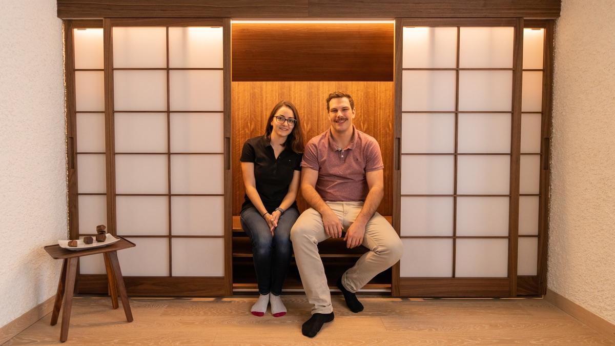 Die glücklichen Gewinner, Manuela und Andreas, im Einbauschrank mit den Shoji-Schiebetüren. Foto: Stevan Bukvic