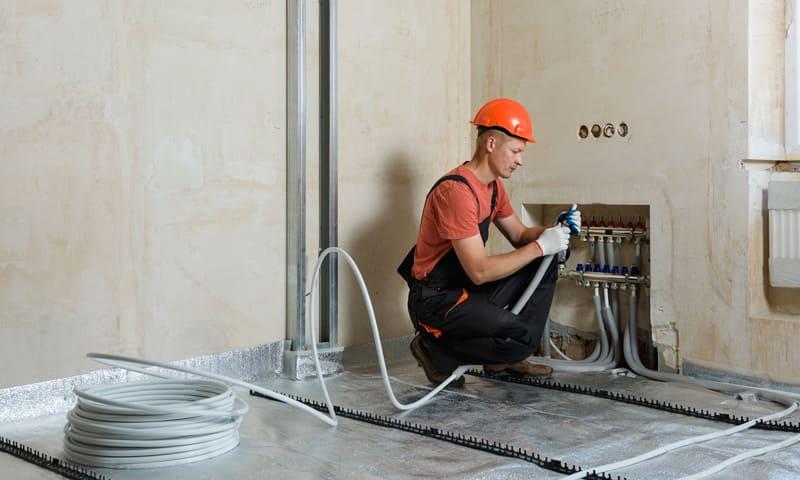Heizungsinstallateur saniert Bodenheizung