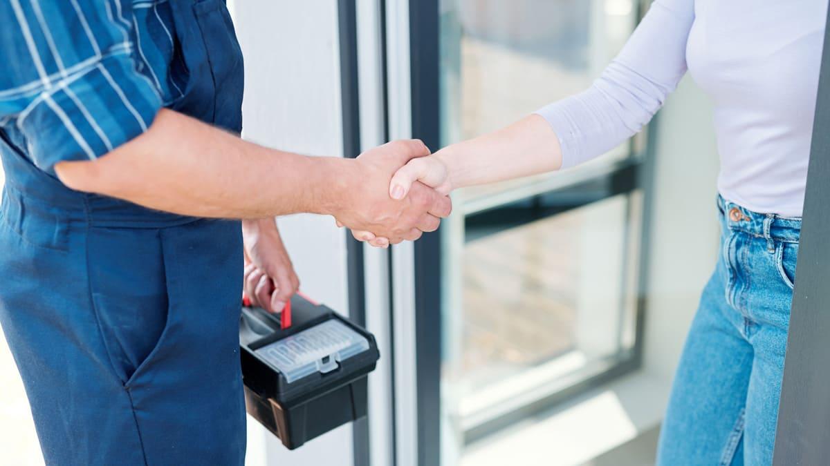Seien Sie vorsichtig, wenn ein falscher Handwerker an der Türe klingelt, den Sie nicht bestellt haben.