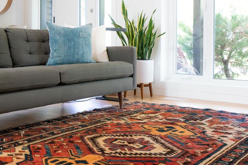 Wohnen im Alter: Rutschfeste Teppiche und hohe Sitzgelegenheiten