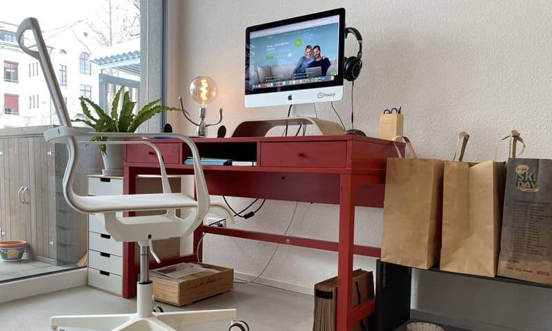 Homeoffice: Arbeitsplatz mit Bildschirm, Lampe und Stuhl