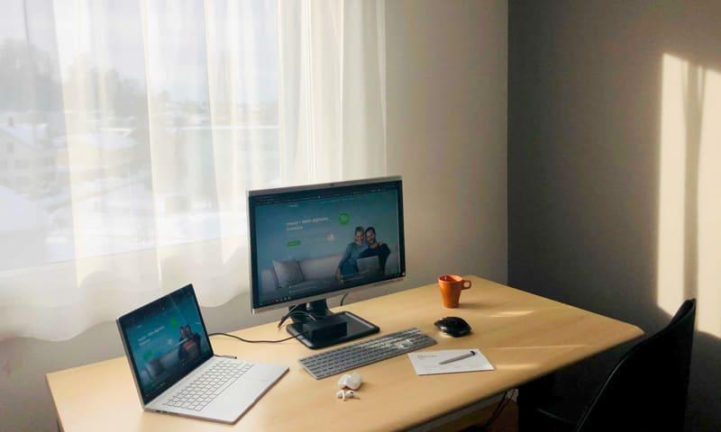 Homeoffice: Tisch mit zwei Bildschirmen