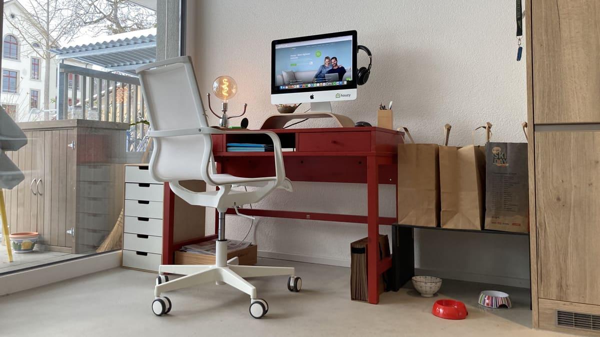 Richten Sie Ihr Home Office wenn möglich in einem eigenen Zimmer ein. Dann haben Sie Ruhe, können sich besser konzentrieren und stören niemanden.
