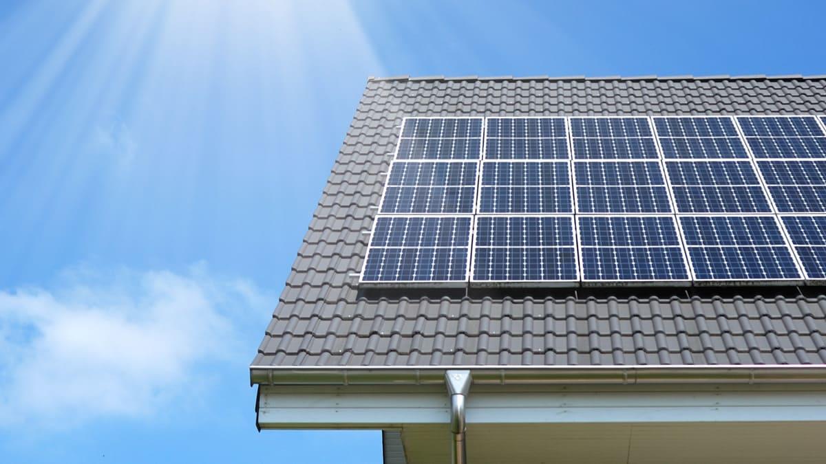 Photovoltaikanlage auf Dach: Ein Teil der Energie für Heizung und Warmwasser soll selber produziert werden.