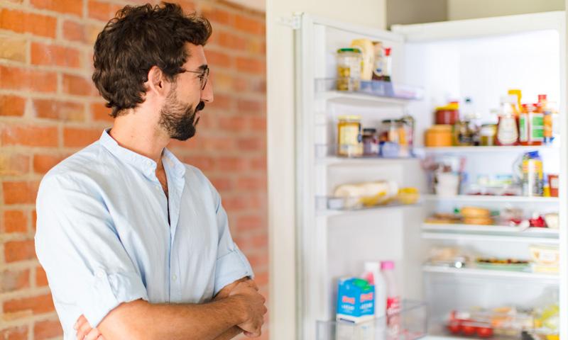 Energieeffizienz: Mann am offenen Kühlschrank