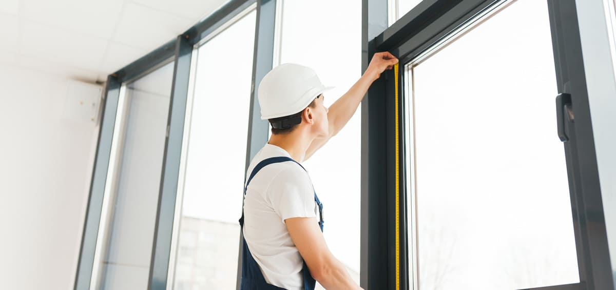 Handwerker ersetzt Fenster