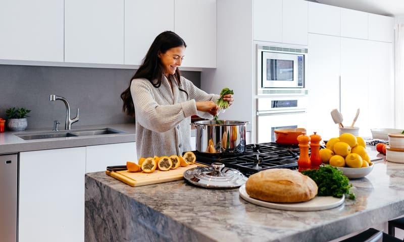 Küche mit Granit-Arbeitsplatten
