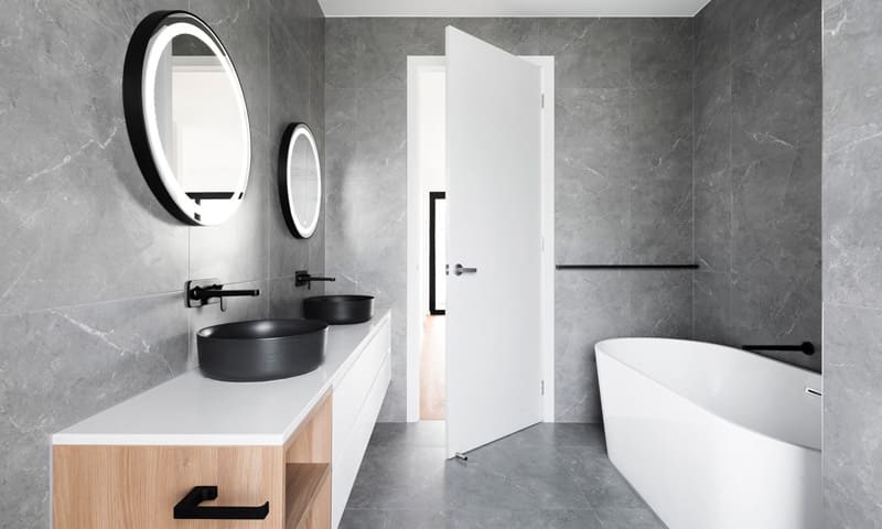 Badezimmer in dunklem Naturstein