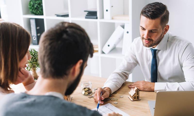 Hausverkauf: Makler im Gespräch mit Käufer
