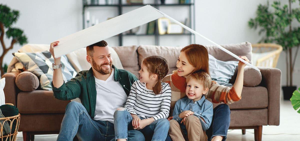 Glückliche Familie mit Basteldach