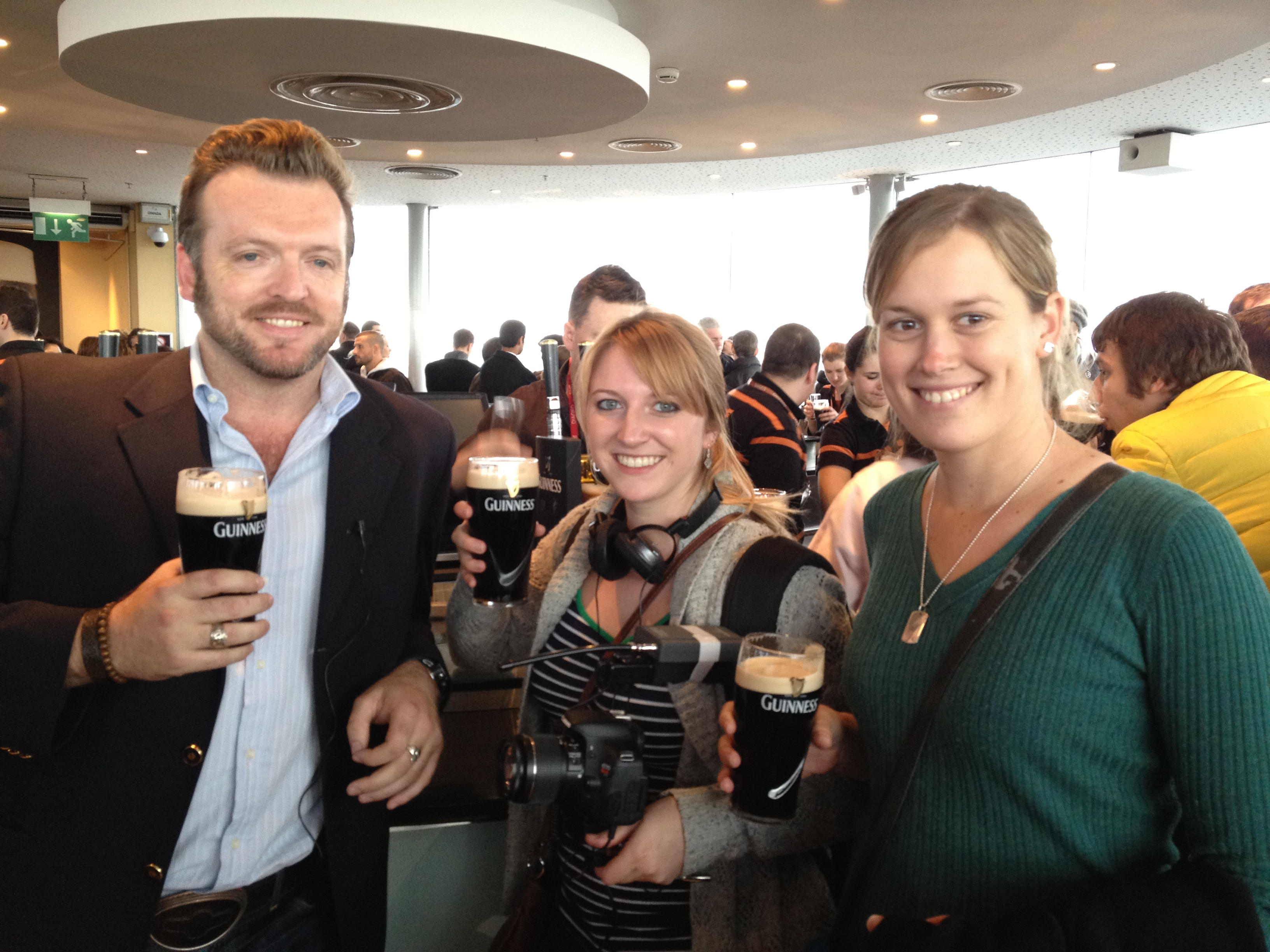 Essential Ireland guests having a pint of Guinness with chief guide Stephen McPhilemy