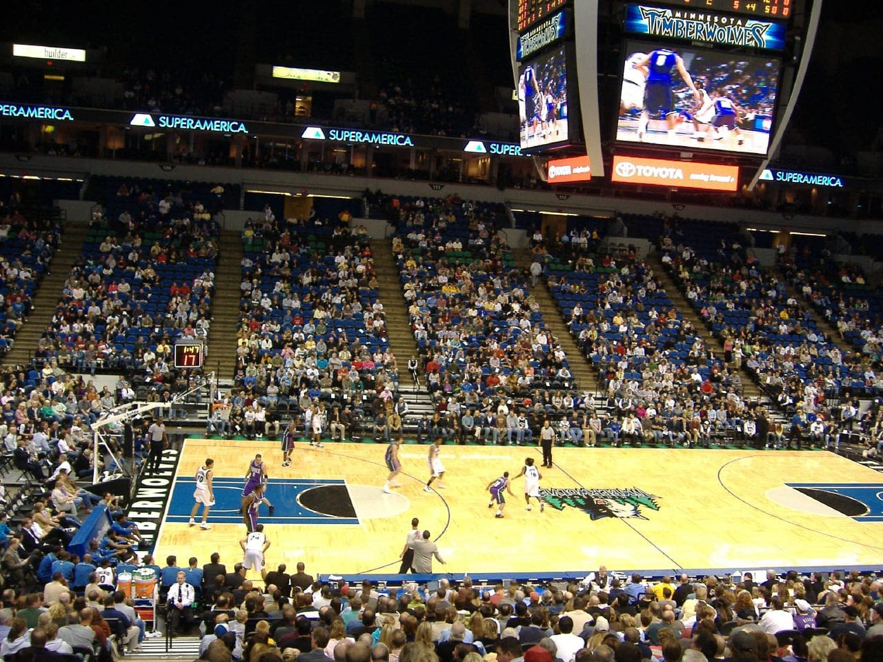 basketball game at the target center in minneapolis