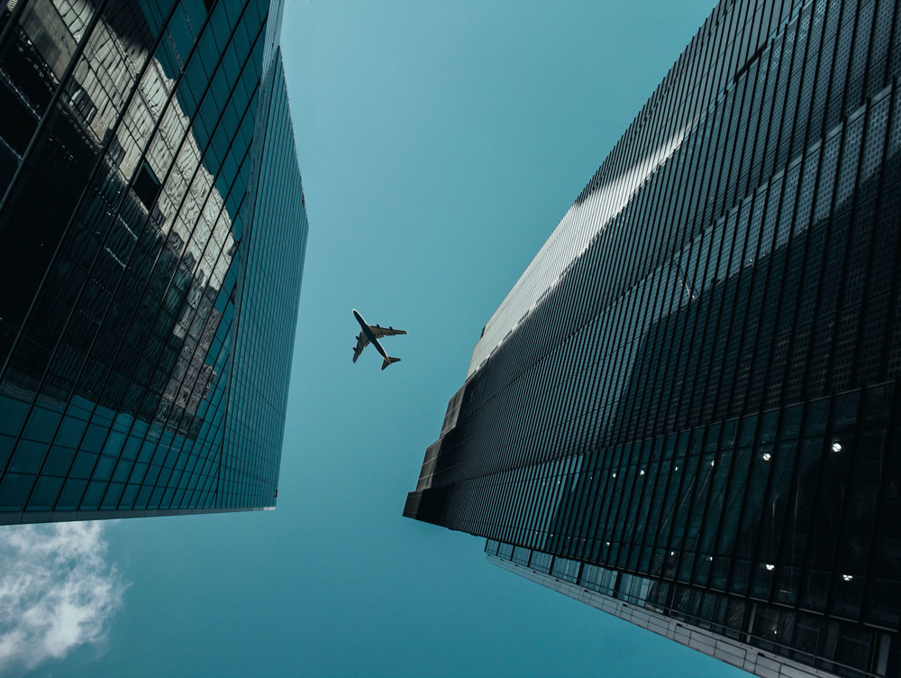 Et fly på himmelen mellom to skyskrapere